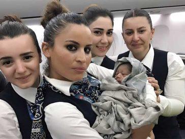 Стюардеси помагат при раждане по време на полет