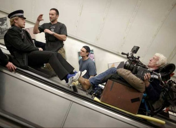 Хавиер Бардем се спуска надолу по ескалатора в метрото по време на снимките на филма за Бонд от 2012 007 Координати: Скайфол