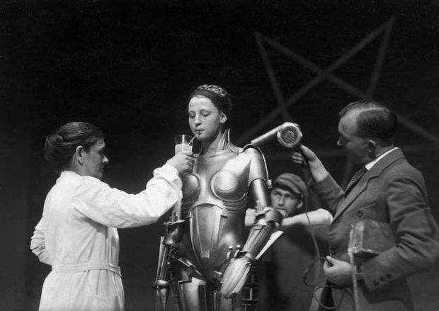Актрисата в костюма на робота Мария презарежда по време на почивка от снимките на класическия филм на Фриц Ланг Метрополис