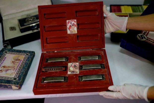 Кутия с нацистки символи, съдържаща детски хармоники
