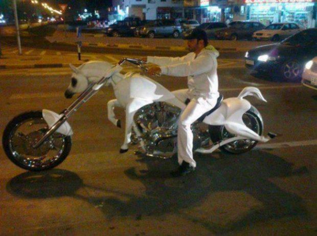 Можеш и да си купиш верен кон, с който да препускаш по дубайските улици