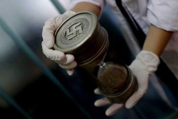 Пясъчен часовник, гравиран с нацистка свастика