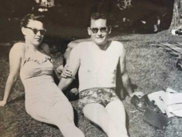 Жена открива нещо страховито в стара снимка на родителите си