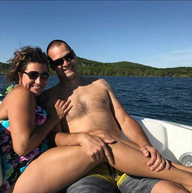 Тази двойка едва ли е предполагала, че целият интернет ще се забавлява с тяхната романтична снимка