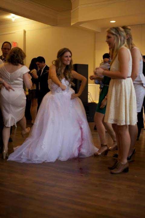 Най-големият кошмар на всяка булка - да разлее вино върху бялата рокля