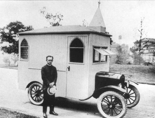 Мобилна църква, изградена върху автомобил Ford T със свещеник-шофьор, САЩ (1922)