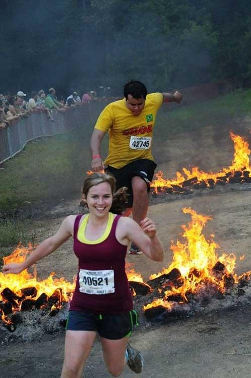 Тази жена изглежда знае някаква неразкрита тайна за огъня и изобщо не се страхува от него