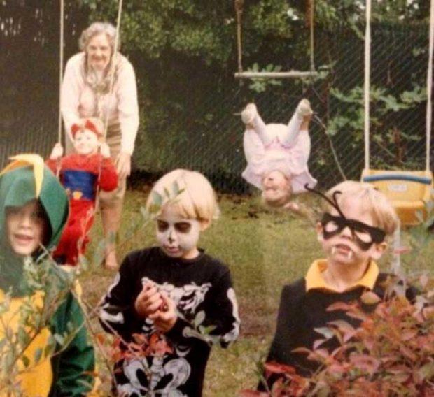 """""""Хелоуин 1989. Аз съм най-отдясно. Познай, къде е сестра ми"""""""