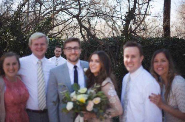 """""""Брат ми се ожени миналия уикенд. Сега аз съм единствения член на семейството, който няма човек до себе си. Мисля, че фотографът перфектно е уловил неловкия момент"""""""