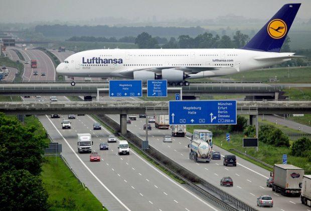 Просто Еърбъс А380, пресичащ аутобана на летището в Лайпциг