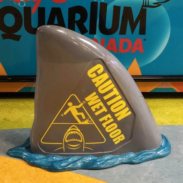 Чудесна табела за мокър под в обществен аквариум