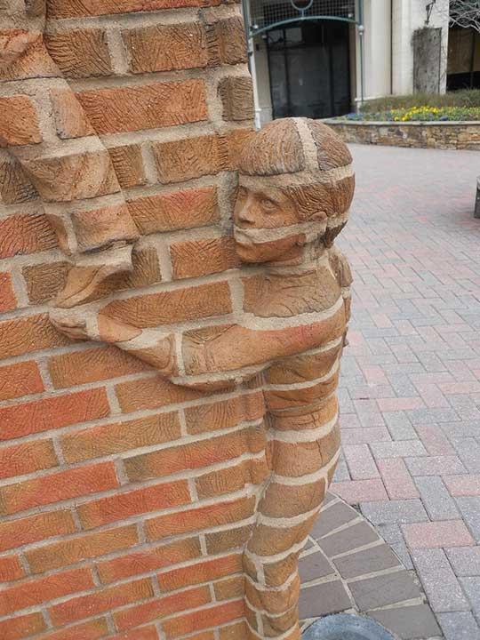 """""""Животът е отворена книга"""", скулптура от Брад Спенсър в Шарлът, Северна Каролина"""