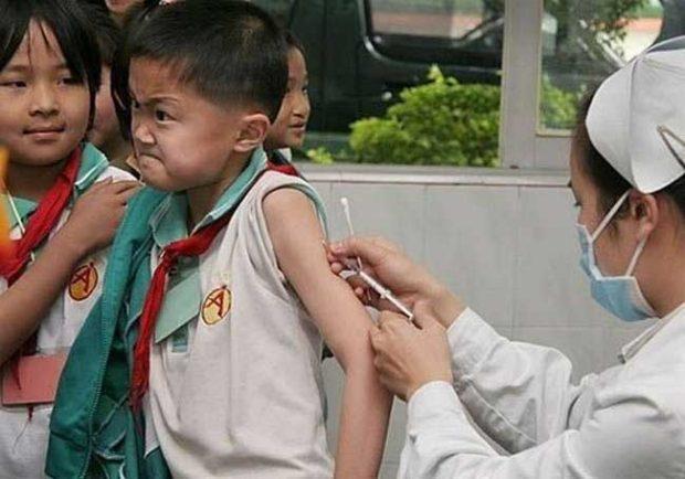 Това смело момче не се страхува от инжекции