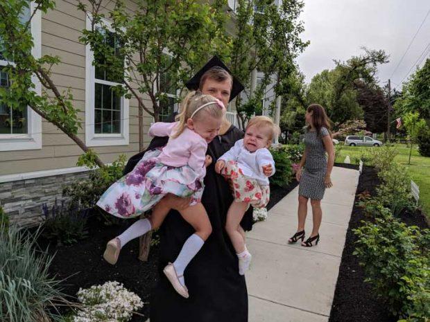"""""""Днес завърших колеж, след 15 години здрава работа и опити да вкарам живота си в релси. Ожених се, имам две дъщери и построих къща. Сега се опитвам да направя семейна снимка от завършването"""""""