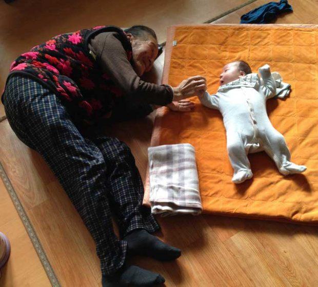 """""""Едномесечният ми син заедно с прабаба си, на 97-годишна възраст"""""""