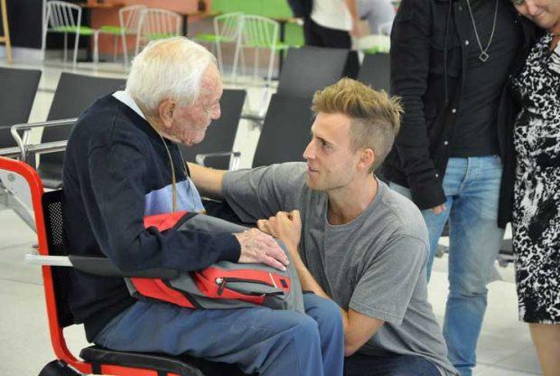 104-годишен австралийски учен си взема последно сбогом със своя правнук, преди да отлети за Швейцария, където ще посети клиника, за да сложи доброволно край на живота си