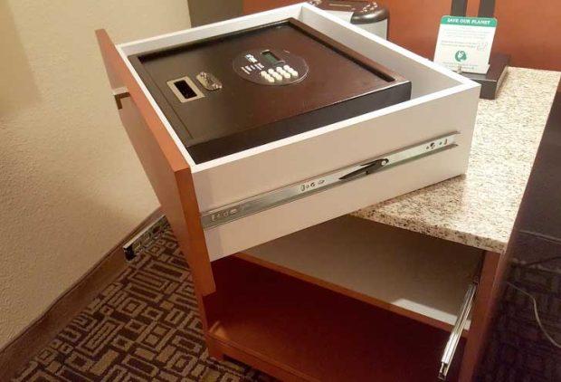 Сейф в чекмеджето - мечтата на всеки гост с ценни вещи
