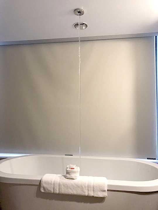 Ако имаш претенции към банята, какво ще кажеш за душ, който представлява дупка в тавана?