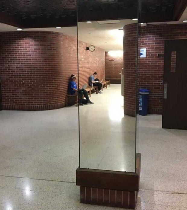 """""""Тази огледална колона в колежа, в който уча, изглежда така, сякаш виждаш през нея"""""""