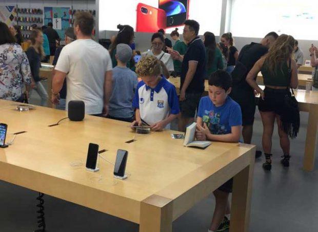 """""""Това момченце беше решило да почете, докато останалите разглеждаха техника в магазина на Apple"""""""