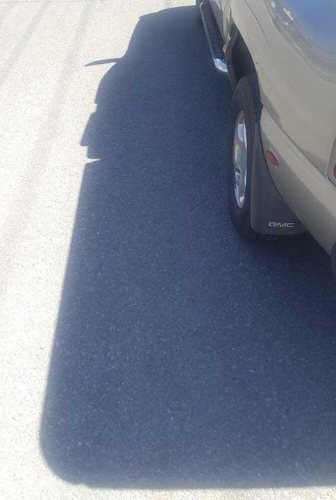 Сянката на тази кола изглежда като усмихнат каубой с гигантска брадичка