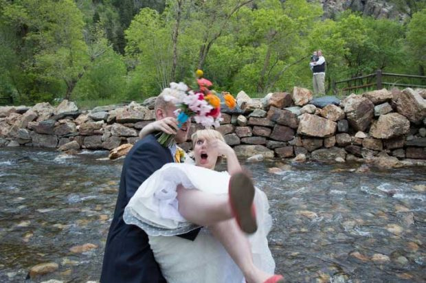 """""""Когато съпругът ми каза, че ще бъде страхотна идея да ме вдигне, докато стоим на брега на потока след сватбата ни"""""""