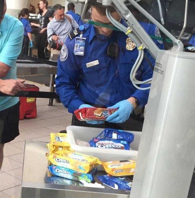 """""""Днес на летището видях човек, който се опита да прекара контрабандно 50 кутии с бисквитки и беше третиран така, сякаш пренасяше кокаин"""""""