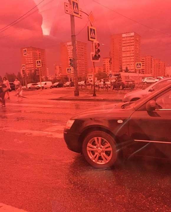 Фолиото, което е сложил на стъклата на автомобила си този човек, прави една обикновена улица да прилича на гледка от ада