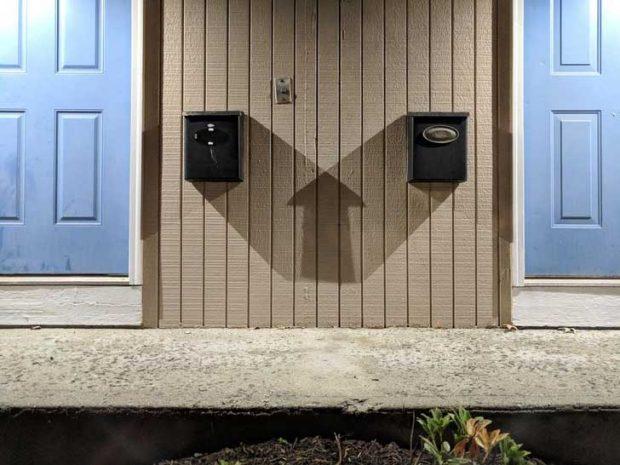 Сенките на двете пощенски кутии образуват перфектна стрелка