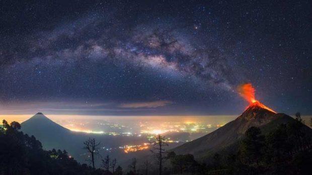 Млечният път излиза от изригващ вулкан в Гватемала