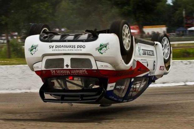 Защо са сложили колела на покрива на тази летяща кола?