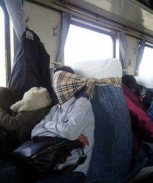 Когато съседът по седалка откаже да ползваш рамото му за възглавница