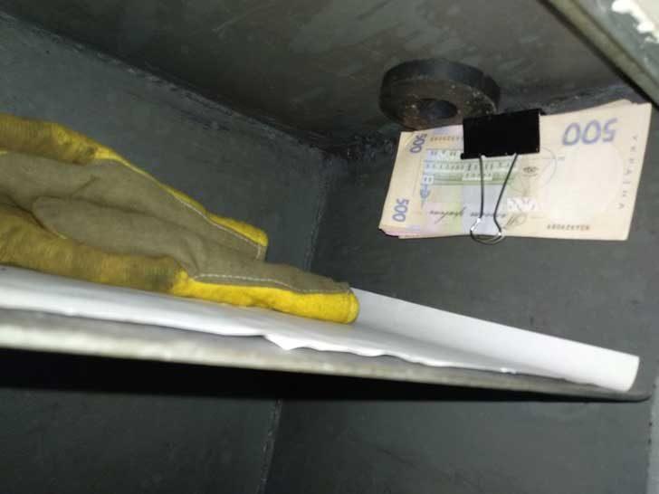 """""""Бях закачил парите за страничната стена на сейфа с помощта на магните. След като е разбил ключалката, крадецът не ги е видял и си ги е оставил там"""""""