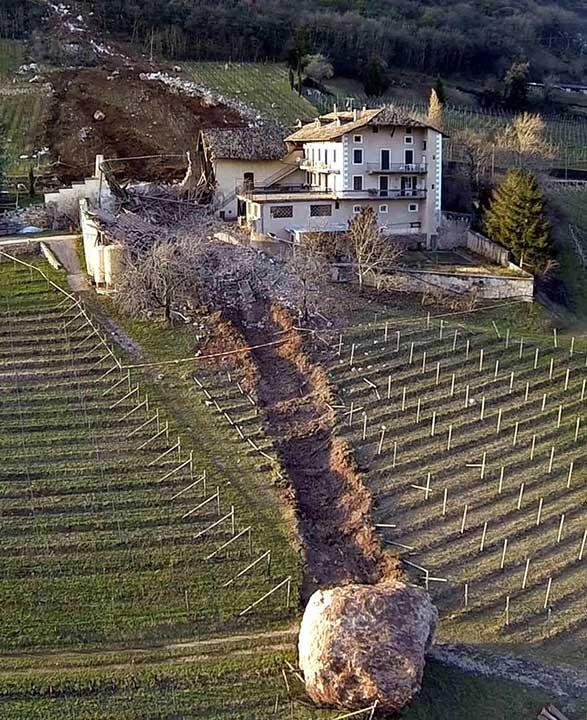 Гигантски камък, който любезно е заобиколил къща в Италия