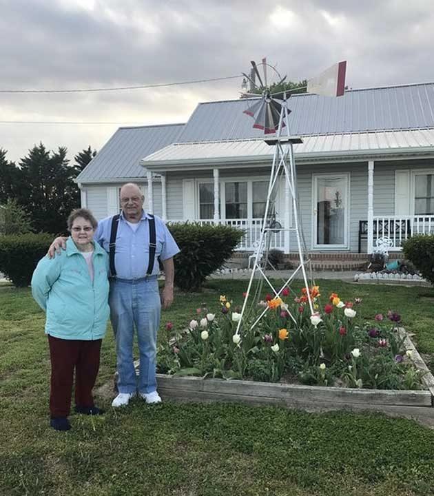 """""""Баба и дядо са застанали за снимка пред дома, който са построили сами преди 58 години. През август, те ще отпразнуват и 60-тата годишнина от тяхната сватба"""""""