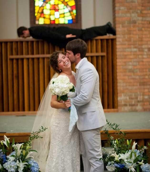 Този пастор не е искал да остане незабелязан на сватбените снимки