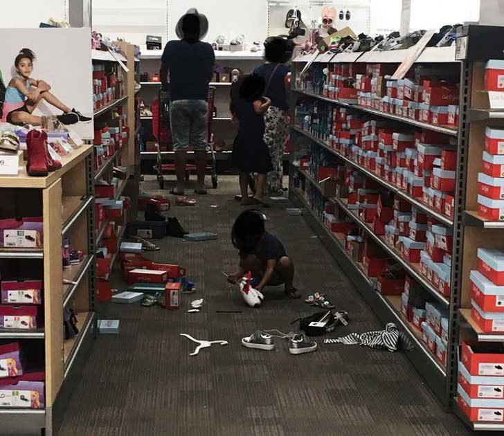 Тези, които не обръщат никакво внимание на децата си в магазините. А малките обикновено започват да крещят и да разхвърлят всичко пред очите им