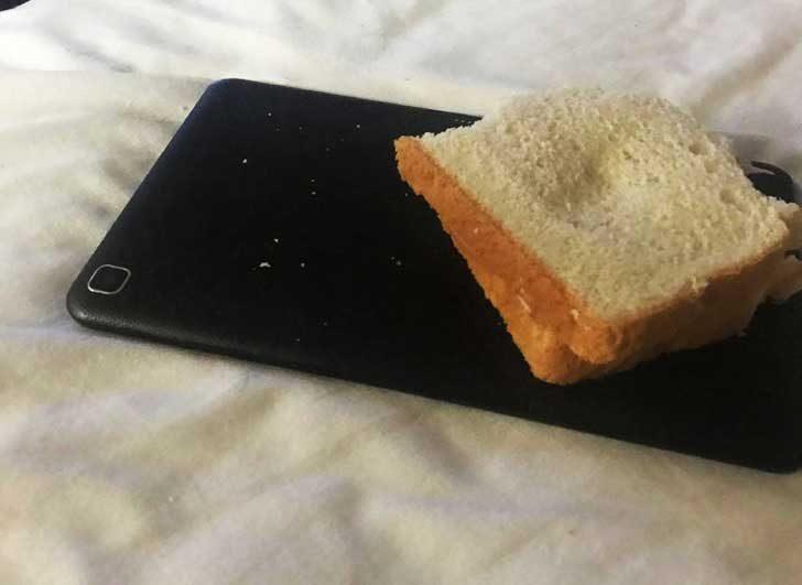 Хората, които използват телефоните си за поставка за кафе или сандвич