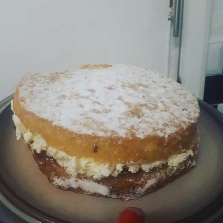"""""""Мама винаги ми правеше торта за рождения ден. Всяка година в продължение на 44 години. Изминаха 2 месеца, откакто тя ни напусна от този свят и татко даде най-доброто от себе си, за да спазим традицията. Просто ми разтопи сърцето!"""""""