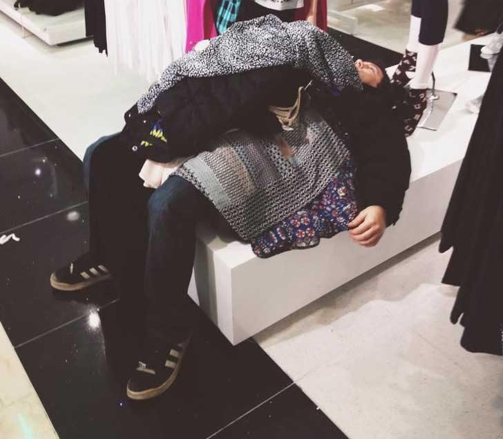 Горкото момче е излязло на шопинг с 3 момичета. Той решава да полегне замалко и не след дълго се оказва в това положение