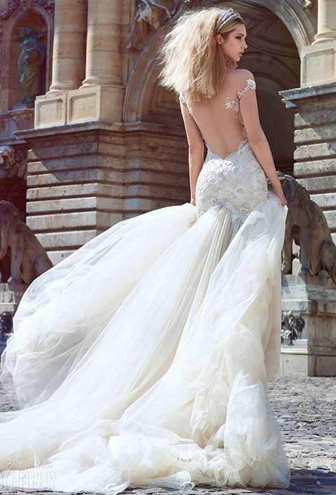 Чудим се, какво ли си е мислил дизайнера, докато е създавал тази рокля?