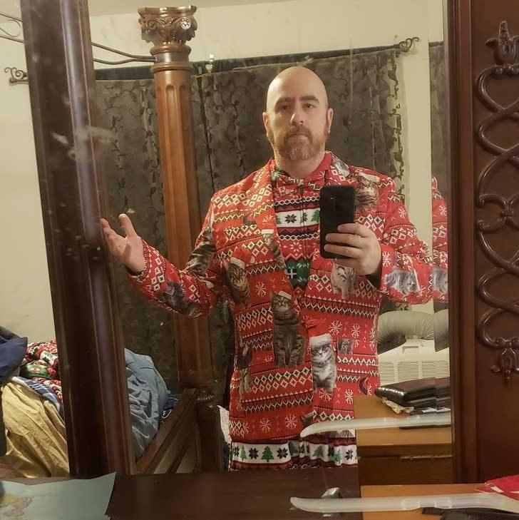 """""""Жена ми каза да се облека подходящо за професионална коледна фотосесия. Мисля, че съм идеален"""""""