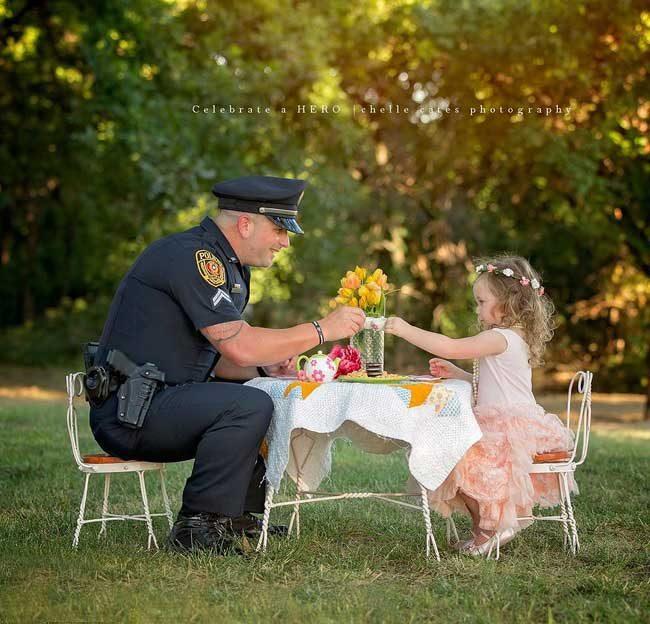 Ефрейтор П. Рей спаси 2-годишно момиче от задушаване, а след това дойде на нейното чаено парти