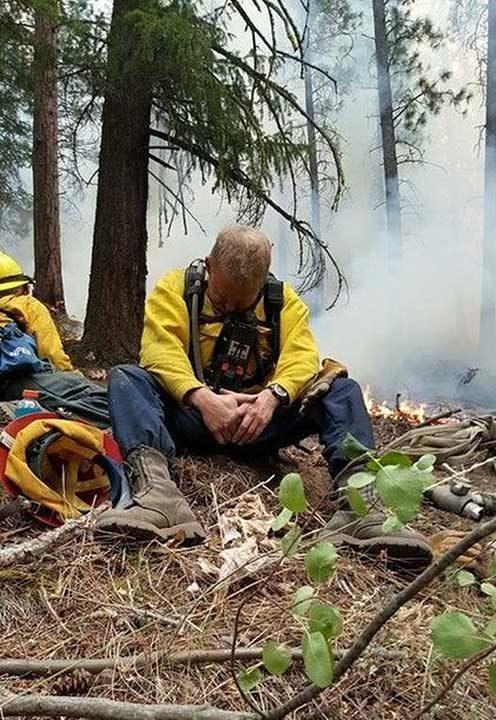 Пожарникар в Орегон, САЩ, след 32-часова смяна. Фотографът казва, че мъжът седнал на земята и в рамките на няколко секунди просто заспал