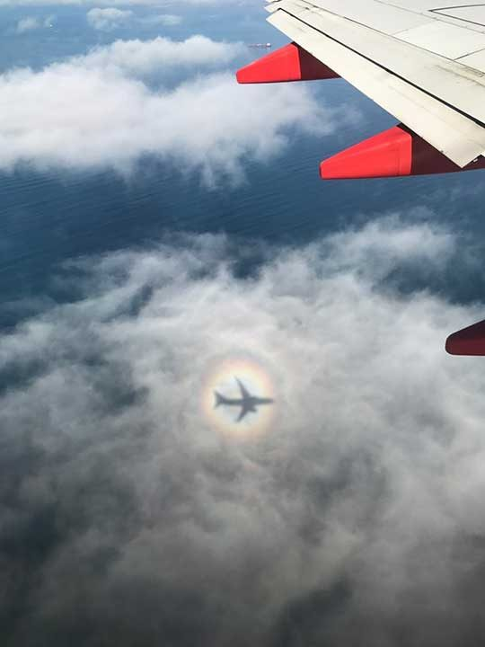 """""""Сянката на самолета образува дъга около себе си"""""""