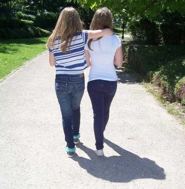 Сенките на двете момичета изглеждат като горила