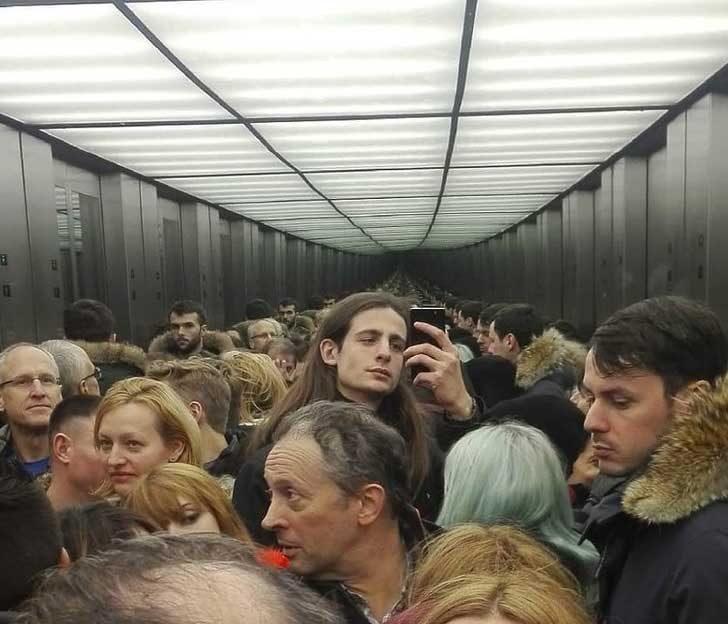Селфи в асансьор, препълнен с хора може да бъде истинско мъчение за някои хора, но не и за този хладнокръвен младеж