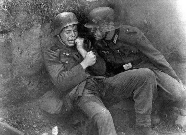 Млад германски войник плаче в окопите по време на Втората световна война