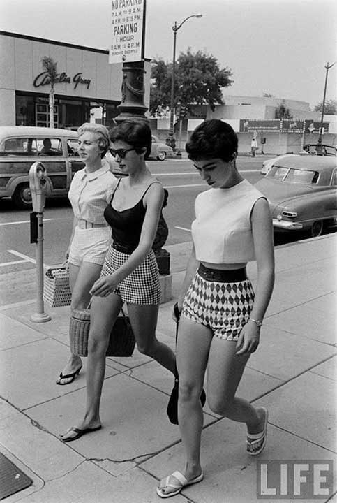 Жени, носещи ултра къси шорти през 1950-те