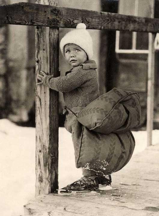 Холандско момче с възлгавница, прикрепена към гърба му, за да омекоти падането, докато се пързаля на леда